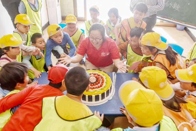 留守儿童集体过生日